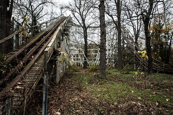 廃墟の遊園地の魅力的な写真