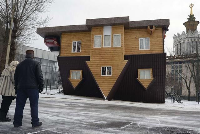 何これ凄い!全ロシア博覧センター内にある、上下反転した家の写真