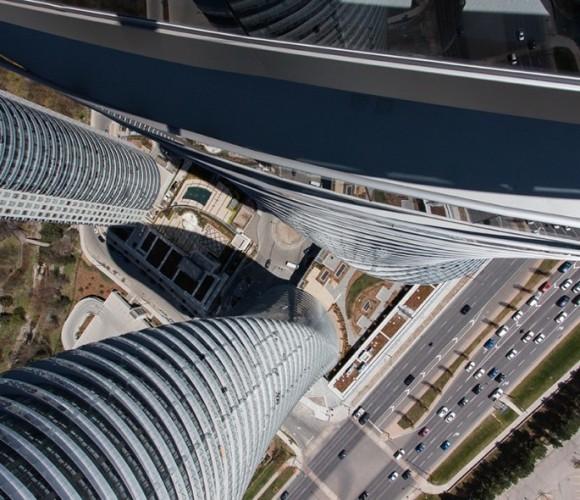高いビルの上に乗った!吸い込まれそうになる29の高所の写真