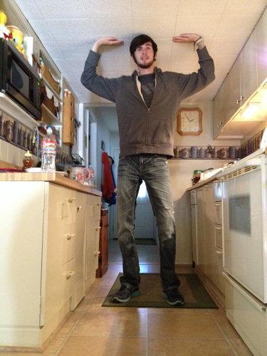 背が高い事で苦労している人の写真