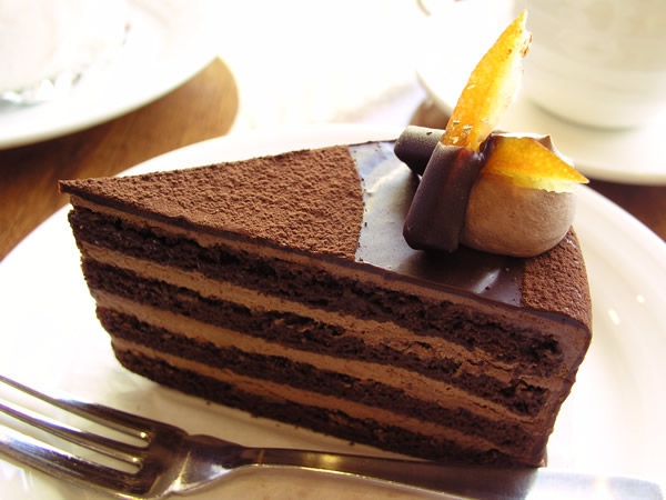 本当に食べたくなるチョコレートケーキとデザートの写真