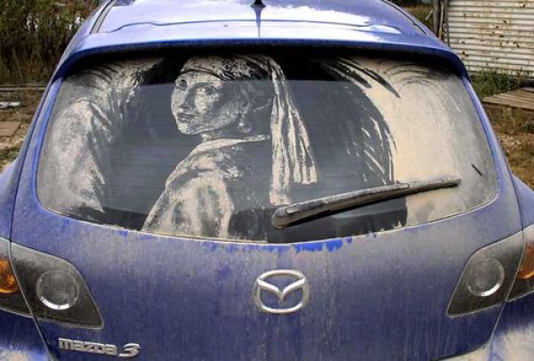 ホコリまみれな車に描いた落書きが半端なくスゴい写真
