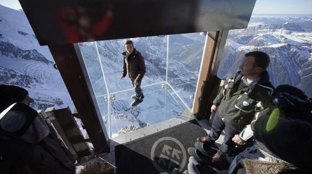 高さ1000メートルで足元が透明!フランスのエギーユ・デュ・ミディ山のテラスにできた展望室が怖すぎる