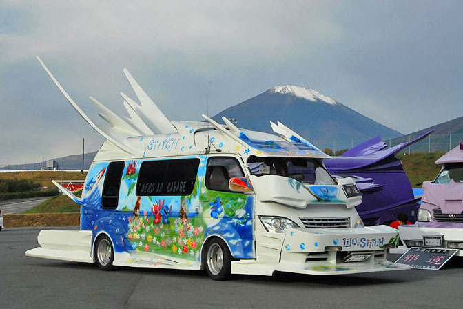 日本の痛車こと痛VANが外国人に大人気の写真