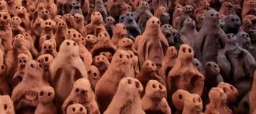 数万体の土偶が部屋を埋め尽くした写真