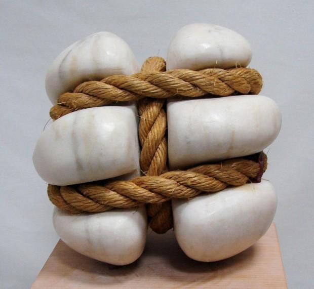 石をギュッと縛ったピーター・ブルックボールの彫刻 写真
