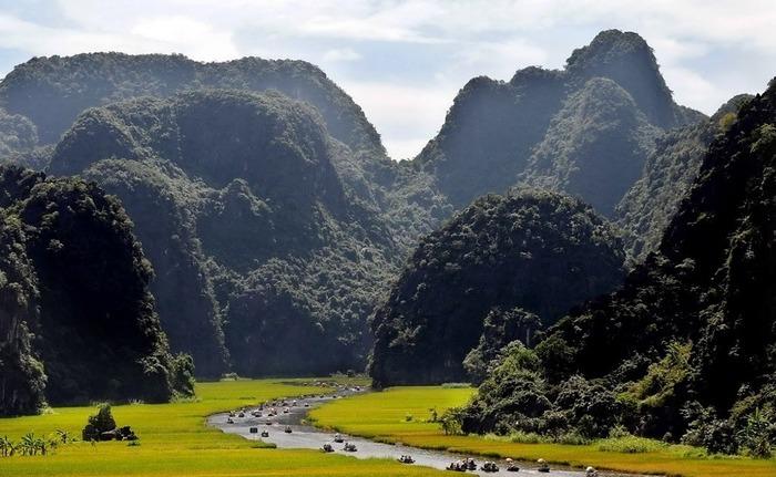 ベトナムの「タムコック」の山と田んぼ