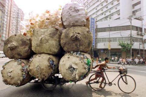 過積載ってレベルじゃないほど物を運ぶ人たちの写真