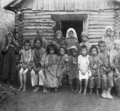 ロシアで1921年頃に撮影された貧しい人々