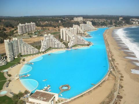 チリにある世界最大の巨大プール